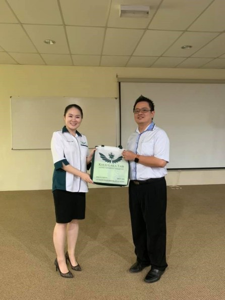 presented souvenir to Industrial Advisor Dr Renco Yong