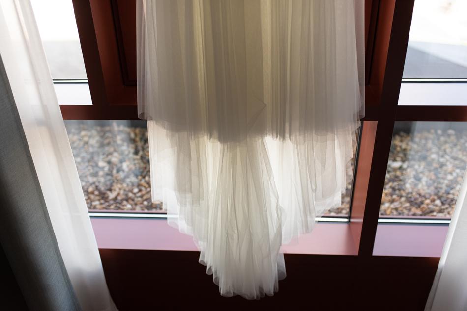 Brautkleid beim Getting Ready Freie Trauung im Wittkielhof Hochzeitsfotografie und Hochzeitsreportagen Conni Klueter