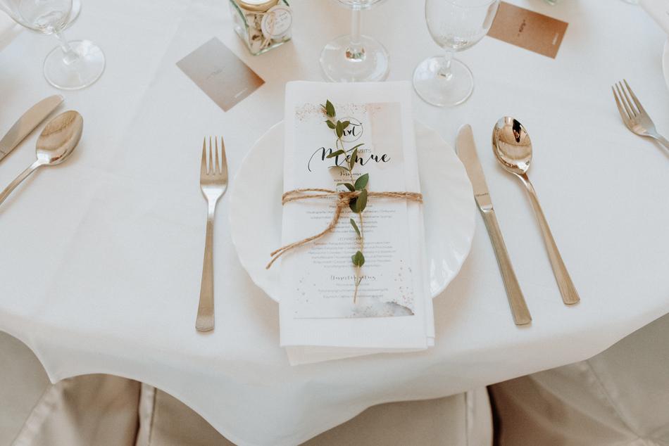 Menukarten Tischdeko Eventscheune Festscheune Freie Trauung im Wittkielhof Hochzeitsfotografie und Hochzeitsreportagen Conni Klueter