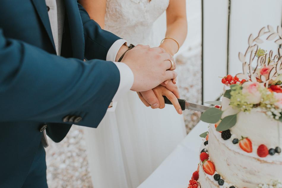 Hochzeitstorte anschneiden Menukarten Tischdeko Eventscheune Festscheune Freie Trauung im Wittkielhof Hochzeitsfotografie und Hochzeitsreportagen Conni Klueter