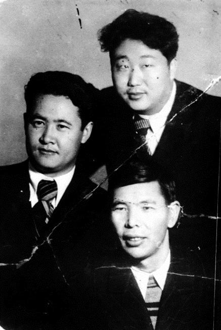 Кыргыз акын-жазуучулары: Алыкул Осмонов, Абдыкайыр Казакбаев, Смар Шимеев. 1948-жыл.