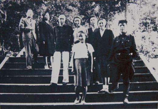 Койсары курортунда, 1948-жыл. Алыкул аскер кийимчен. Экинчи катарда оңдон төртүнчү Калим Рахматуллин.