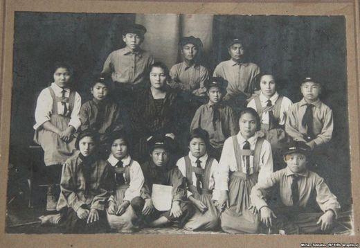 Токмоктогу балдар үйүндө, Алыкул экинчи катарда, оңдон биринчи. 1928-жыл.