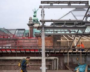 Ook hier is het asbest intussen verwijderd en kan de dakconstructie worden afgebroken.
