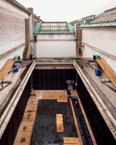 """Dit is een van de 4 patio's die """"opgevuld"""" zullen worden met het verticale museum van Claus & Kaan Architecten. Het onderste deel was vroeger één van de museumzalen waarin de moderne kunstcollectie van het KMSKA getoond werd. De wanden en de vloer van de zaal zijn bedekt met waterdichting om vochtschade in de omliggende zalen te vermijden."""