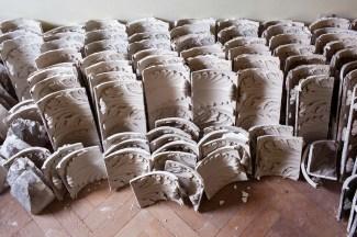 De verschillende delen van de sierlijsten worden op 1 plaats verzameld en geordend op vorm. Foto: Karin Borghouts
