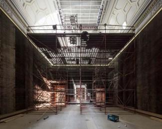 Om de sierlijsten makkelijk te kunnen verwijderen moest de aannemer eerst een stelling plaatsen die de volledige breedte van de museumzaal omvat. Foto: Karin Borghouts