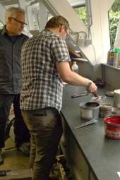 Ivan van het Masereelcentrum maakt de inkt aan.