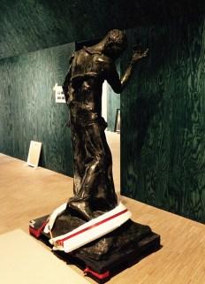 'Pierre De Wissant. Burger van Calais' van Auguste Rodin, klaar om op zijn sokkel geplaatst te worden.