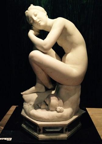 In deze expo zijn er best veel beeldhouwwerken te zien, o.a. dit 'Meisje met de kinkhorens' van Joseph De Bay.