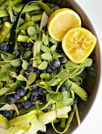 Sommersalat med ærteskud og blåbær