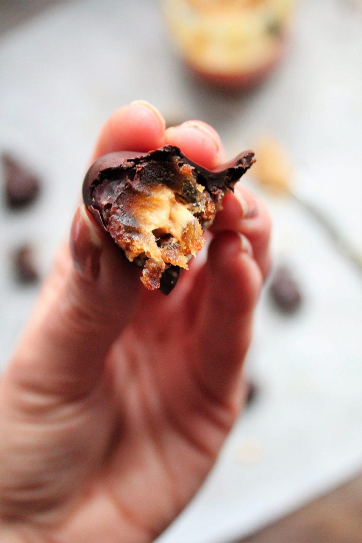 Fyldte dadler med peanut butter og mørk chokolade