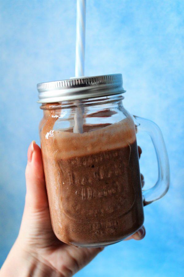 Vegansk chokolademilkshake med kaffe og dadler