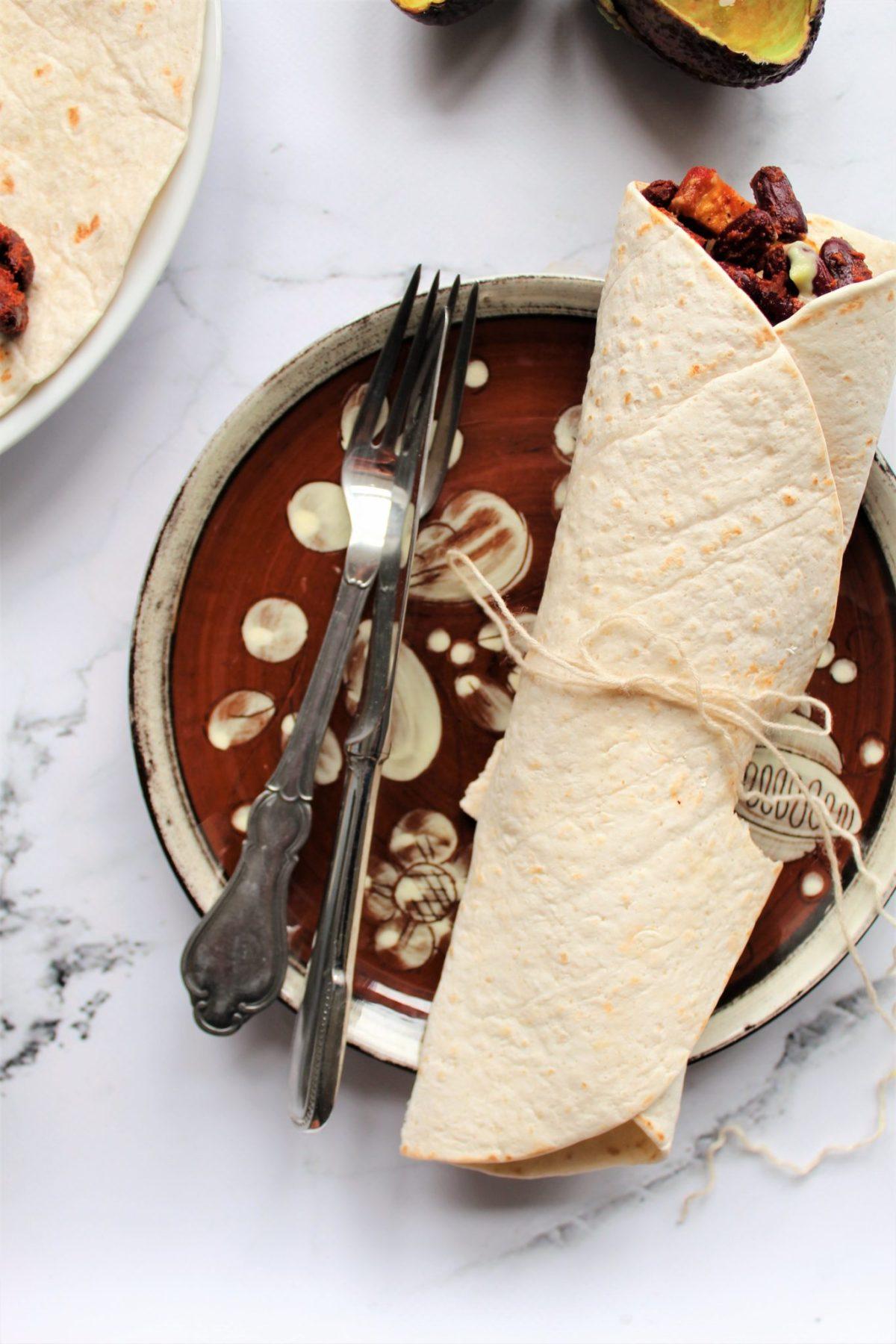 Veganske tortillas med rodfrugter, stegte bønner og avokadodressing