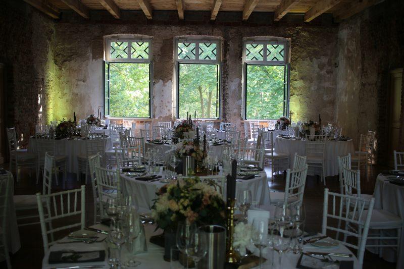 Speisesaal im Rittergut Orr, Tischdekoration, Blumendekoration, runde Tische
