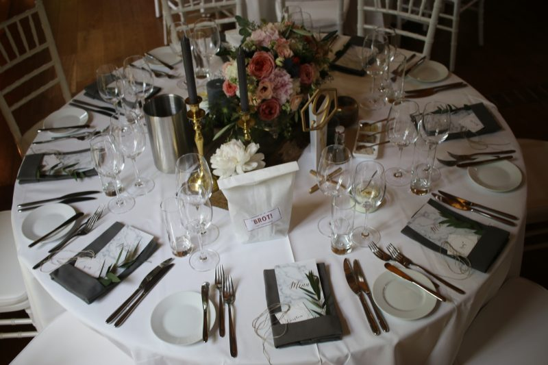 Runde Tische, vintage Blumendeko, weiße Stühle, Tischdekoration Rittergut Orr Pulheim Köln NRW