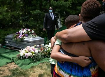 Covid: US funeral directors reflect on 200,000 death toll