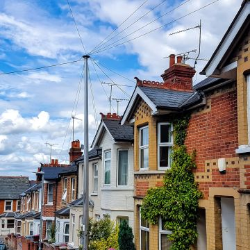 UK average house price tops £250,000 for first time ever but downturn on the way, Halifax reports