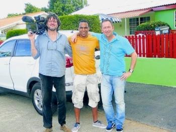 Nederland moet ingrijpen bij milieuschandaal op Curaçao'        donderdag, 21 maart 2013 16:15   Het Zembla-team tijdens de opnames op het eiland. Cameraman Onno van der Wal (links), Wensly Francisco, research, en Erwin Otten (rechts) die verantwoordelijk is voor de samenstelling en regie.
