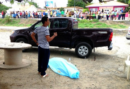 De moord op Helmin Wiels op een openbaar strand tussen veel lokale bevolking| Foto: DICK DRAYER