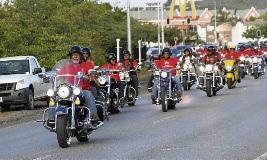 Optocht van The Bikers richting het monument.