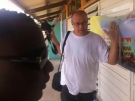 NOS-correspondent Dick Drayer werd tijdens zijn werkzaamheden geintimideerd door de beveiligers van Gevolmachtigd Minister Marvelyne Wiels. Foto |  Lucho Rosales