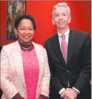 Minister Ronald Plasterk (PvdA) op archieffoto met oud-gezaghebber Lydia Emerencia, een van de vele voortijdig vertrokken bestuurders. FOTO NICO VAN DER VEN