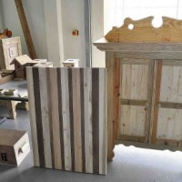 Houten kasten en ander meubilair, dat de gedetineerden maken van onder meer palets.