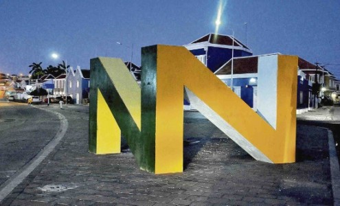 Het bouwwerk in de vorm van een dubbele N is het nieuwe logo van de wijk Nieuw Nederland.