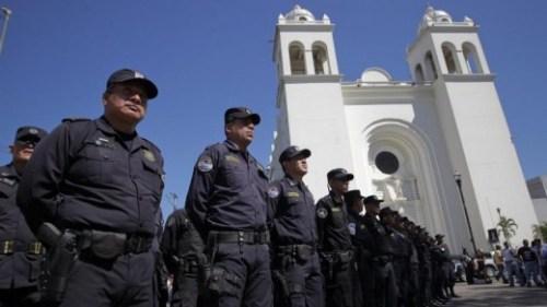 Agenten in de hoofdstad San Salvador EPA