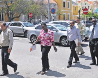 De KFO-advocaten Peterson (links), Sulvaran (midden) en Eustatius (rechts) afgelopen maandag op weg naar de rechtszaal. FOTO JEU OLIMPIO