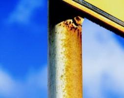 De aanslaag heeft een hoog corrosief gehalte.