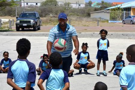 Ex-profhonkballer Dennis Neuman sport met de kinderen van Terá Kòrá - Foto    ©2014 Dick Drayer