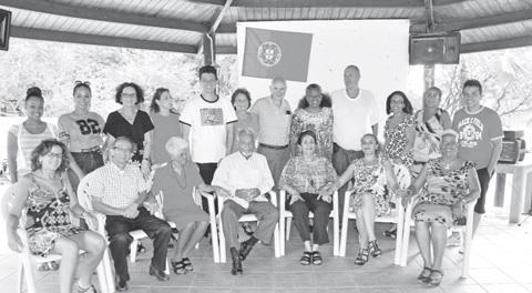 'Ban Topa famianan desendiente di Jessurun i Jesurun 4 mei 2014, Curaçao', achteraan staat Kevin en op de achtergrond de vlag van Portugal waar de voorvaders vandaan komen. FOTO KEN WONG
