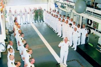 Commandant Zeestrijdkrachten, vice-admiraal Matthieu Borsboom temidden van 'zijn' mannen en vrouwen