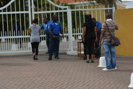 Bezoekers worden gecontroleerd voor aanvang van de pro-forma zitting in juni - Foto |  Extra Bonaire