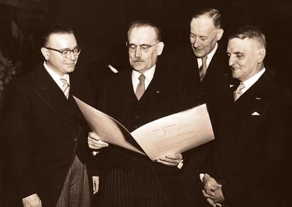 Ondertekening van het Statuut in Den Haag op 16 december 1954 | Foto |  Spaarnestad Photo/Hollandse Hoogte