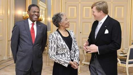 Curaçao, Lucille George-Wout (M) en haar echtgenoot Herman George (L) op paleis Noordeinde