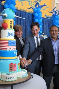 Vlnr. Ralph Blanchard van CAP, Jeffrey Goodell vicepresident Government Affairs bij JetBlue en minister Stanley Palm van Economische Ontwikkeling. FOTO JOSÉ DE BRUIN