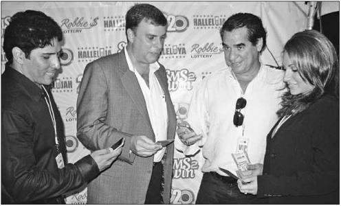 In september 2008 introduceerde Robbie's Lottery op St. Maarten een nieuwe manier om nummers te kopen via sms. Vlnr. Ringelio de Cuba (Robbie's Lottery), Glen Carthy (UTS), Robbie dos Santos en zijn dochter Stephanie dos Santos | FOTO JEU OLIMPIO