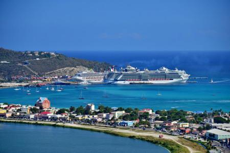 Philipsburg tourist market on Sint Maarten | Wikimedia Commons/Asksxm)