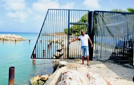 Het 'publieke strand' is van een hek voorzien en volgens de bewoners is er ook gedempt | Foto Amigoe