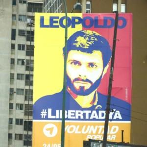 Levensgroot is Leopoldo afgebeeld op een flat. Leopoldo is een van de grootste oppositieleiders en is politiek gevangene in Venezuela. foto: Sytske Jellema