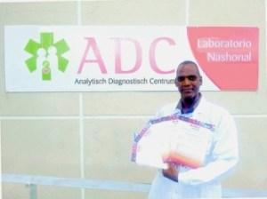 Etiènne Jamanika van ADC met de 5 PMLF-certificaten.