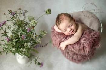 Lächelndes Newborn bei Studioshooting im Vintage Stil bei Babyfotografin Melanie Scheller in Nürnberg