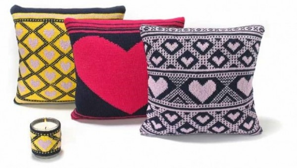 Get these sweet heart pillow patterns free from Love Knitting.