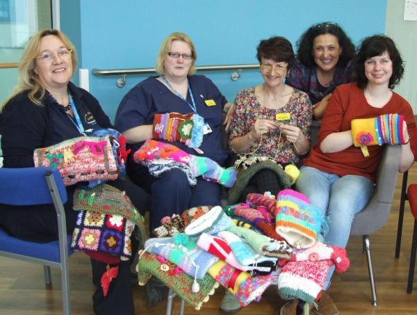 knit twiddelmuffs for dementia patients