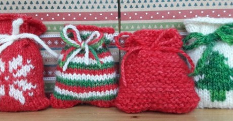 Knit Little Santa Sacks for an Advent Calendar