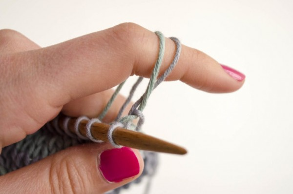 How to carry the non-working yarn and make a chained edge when you knit stripes.