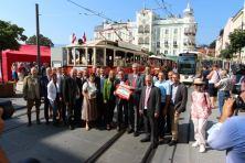 125 Jahre Gmundner Straßenbahn - Generationentreffen mit prominenter Begleitung auf dem Gmundner Rathausplatz. Foto: Christian Weidinger